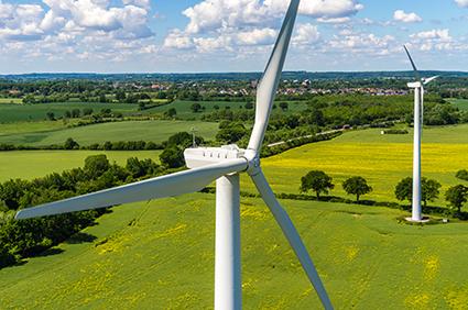Stockfotografie Luftbild und Nahaufnahme einer Windenergieanlage