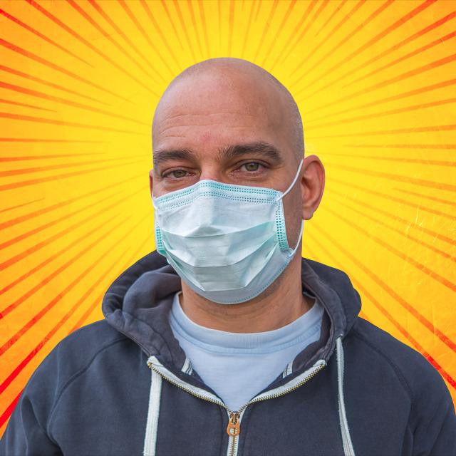 Tim Siegert Fotograf und Webdesigner mit Maske